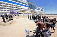 Das Kreuzfahrtschiff AIDAluna hat als erstes Schiff am Kronprinzkai im Hamburger Hafen festgemacht - die Presse dokumentiert den ersten Spatenstich für das 3. Hamburger Kreuzfahrtterminal.