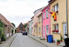 Wohnstrasse in Kyritz - im Hintergrund die Stadtmauer mit Turm der Hansestadt.