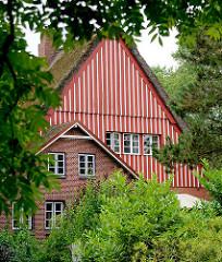 Reetdachgebäude, Bauernhaus mit weiss roter Holzfassade in Seestermühe.