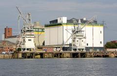 Getreidesilo im Kuhwerder Hafen - Hafenbecken im Hamburger Hafen.