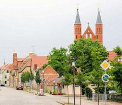 Blick von der Bahnhofstrasse zu den Kirchetürmen der Kyritzer St. Marienkirche; lks. der Turm vom Rathaus Kyritz.