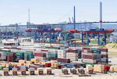 Containerlager Terminal Tollerort - Containerbrücken der Hafenbahn; im Hintergrund die Köhlbrandbrücke, eines der Wahrzeichen Hamburgs.
