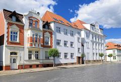 Mehrstöckige Wohnhäuser mit schlichter Fassade, Gründerzeitvilla - Architektur in Perleberg / Brandenburg.