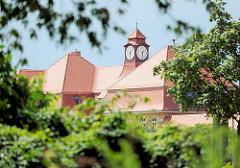 Dach mit Uhrenturm - Gebäude Goethe Schule in Kyritz.