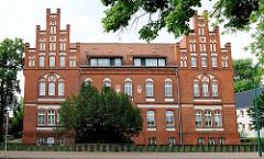 Neugotische Backsteinarchitektur, erbaut in 1898 -  Wappen der Hansestadt Salzwedel eingelassen in der Fassade.