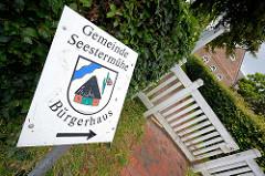Schild mit Wappen - Gemeinde Seestermühe, Bürgerhaus.