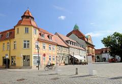 Restaurierte historische Architektur am Marktplatz der Stadt Kyritz / Brandenburg.