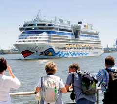Hamburg-Touristen beobachten das Kreuzfahrtschiff AIDAluna beim Wendemanöver.