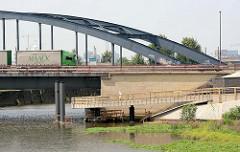 Elbrandweg in Hamburg Rothenburgsort - der Fernradwanderweg führt entlang der Elbe von Tschechien bis Cuxhaven. Fahrradweg unterhalb der Billhorner Brückenstrasse in Hamburg Rothenburgsort.