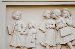 Relief Schulkinder Mädchen über einem Eingang der Goethe Schule in Kyritz.