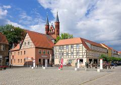 Marktplatz von Kyritz - historische Fachwerkhäuser - Kirchtürme der St. Marienkirche.