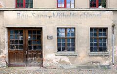 Alte Hausfassade / Putzfassade; Inschrift Bau- Sarg Möbeltischlerei.
