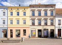 Zweistöckige Wohnhäuser / Geschäftshäuser in Perleberg am Grossen Markt; lehrstehend, verfallen / restauriert mit farbiger fassade / alt + neu.