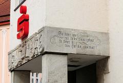 Bauschmuck am Eingang der Sparkasse in der Hansestadt Salzwedel. Inschrift: So sicher wie wir deses Haus gebaut so sicher sei was Ihr ihm anvertraut!