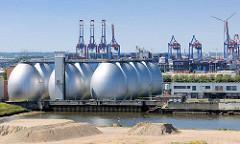 Faultürme der Hamburger Wasserwerke auf Hamburg Steinwerder / Klärwerksgelände Köhlbrandhöft. In den Faultürmen wird pro Jahr ca. 35 Mio. Millionen Kubikmeter Methangas gewonnen.  -