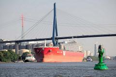 Massengutfrachter / Bulk Carrier SICIALIAN EXPRESS unter der Köhlbrandbrücke im Hamburger Hafen; re. eine grüne Fahrwassertonne.