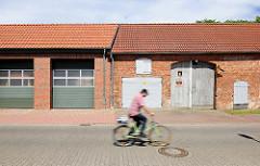 Alt + Neu Garagen und Toreinfahrt; Gebäude / Architektur in Kyritz.