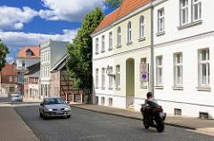 Wohn- und Geschäftshäuser unterschiedlicher Baustile in Perleberg, Brandenburg.
