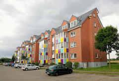 Mehrstöckige Wohngebäude in Kyritz - bunte Elemente an den Balkons.