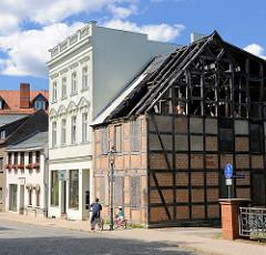 Alt + Neu - Fachwerkhaus mit ausgebranntem Dachstuhl - restauriertes Gründerzeitgebäude mit weisser Fassade.