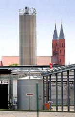 Stärkefabrik in Kyritz - Emslandstärke; ca.  270.000 Tonnen Kartoffeln werden dorft von etwa 100 Beschäftigten zu 60.000 Tonnen Kartoffelstärke verarbeitet; Kirchtürme der Marienkirche.