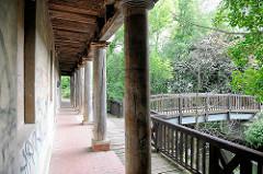 Historisches Badehaus an der Jetze in Salzwedel, erbaut 1825; das Gebäude steht unter Denkmalschutz; Holzbrücke über den Fluss.