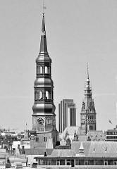 Türme der Hansestadt Hamburg - Kirchturm der St. Katharinenkirche; Rathausturm und Hochhaus Hotel RadissonBlue am Hamburger Dammtor.
