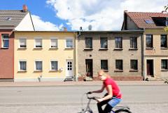 Neu + Alt; restaurierte Gebäude neben verfallenem unrestauriertem Wohnhaus - Architektur in Perleberg.