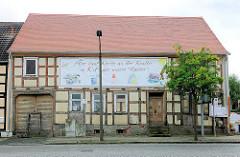 """Altest Fachwerkhaus in Kyritz; geplanter Umbau zur Kita. Transparent: Hier baut Kyritz an der Knatter ´ne Kita für unsere """"Racker""""."""