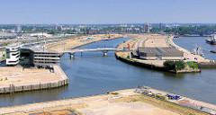 Blick in den Baakenhafen der Hamburger Hafencity - rechts die Hafencity Universität.