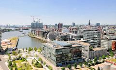 Luftaufnahme vom Grasbrookhafen in der Hamburger Hafencity; moderne Bürogebäude und Wohnhäuser - im Hintergrund die Baustelle der Elbphilharmonie.
