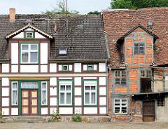 Neu + alt; restauriertes Fachwerkhaus, verfallenes Ziegelgebäude in Salzwedel.