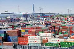 Im Vordergrund die Ladung eines Containerschiffs am Kai des Terminals Tollerort - im Hintergrund HHLA Verwaltungsgebäude und Köhlbrandbrücke.