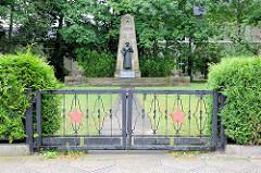 Sowjetischer Ehrenfriedhof in Kyritz. Metalltor, roter Stern / Sowjetstern.