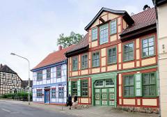 Historische Fachwerkarchitektur in der Hansestadt Salzwedel - farblich abgesetztes Fachwerk + Schnitzereien.