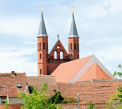 Blick über die Dächer von Kyritz zu den Kirchtürmen der Pfarrkirche St. Marien.