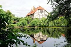 Fachwerkgebäude zwischen Bäumen am Teich - Bilder aus der Hansestadt Salzwedel.