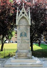 Schulze Kersten Gedenkstein vor der Pfarrkirche in Kyritz; Erinnerung an zwei Bürgern, die in den Befreiungskriegen 1807 gestorben sind.