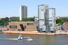 Moderne Bürogebäude / Bürohochhaus an der Grossen Elbstrasse in Hamburg Altona Altstadt; Hafenfähre mit Passagieren.