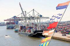 Blick vom Kreuzfahrtschiff AIDAluna auf die Containerschiffe am HHLA Container Terminal  Tollerort.