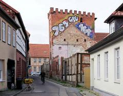 Wohnhäuser und stillgelegte Fabrik / Industriearchitektur, Ziegelgebäude in der Hansestadt Salzwedel.