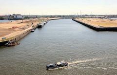 Blick in das leere Hafenbecken des Kaiser Wilhelm Hafens im Hamburger Hafen -  bis 2015 soll für ca. 80 Mio. Euro das Terminal entstehen.
