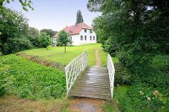 Weisse Brücke über den Burggraben - Gutshaus von Kielmansegg in Seestermühe; Kreis Pinneberg.