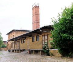 Lagergebäude mit Rampe in Kyritz, gelber Ziegel; Schornstein.