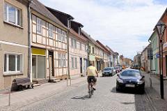 Restaurierte Hausfassaden - Geschäftshäuser, Einzelhandel in der Hamburger Strasse von Kyritz.
