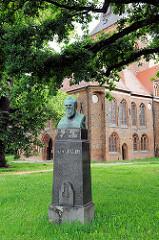 Büste Friedr. Gartz bei der St. Katharinenkirche.