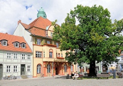 Marktplatz von Kyritz - 1814 gepflanzte Friedenseiche; Wohn- und Geschäftshäuser unter Denkmalschutz stehend.