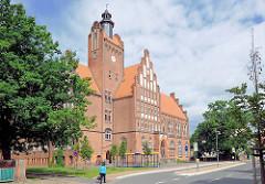 Grund- und Sekundarschule Jenny Marx in der Hansestadt Salzwedel; Neogotik, Backsteinarchitektur.