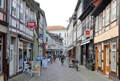 Geschäfte und Fachwerkhäuser in der Fussgängerzone der Burgstrasse in Salzwedel.