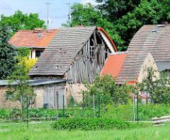 Verfallener Holzschuppen Hausdächer an der Strasse nach Kyritz / Brandenburg.